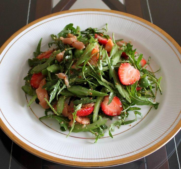 Салат с копченым лососем и клубникой