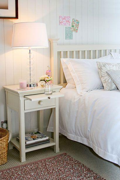 Para elegir el tamaño de tu mesita de noche, debes tomar en cuenta la altura de la cama