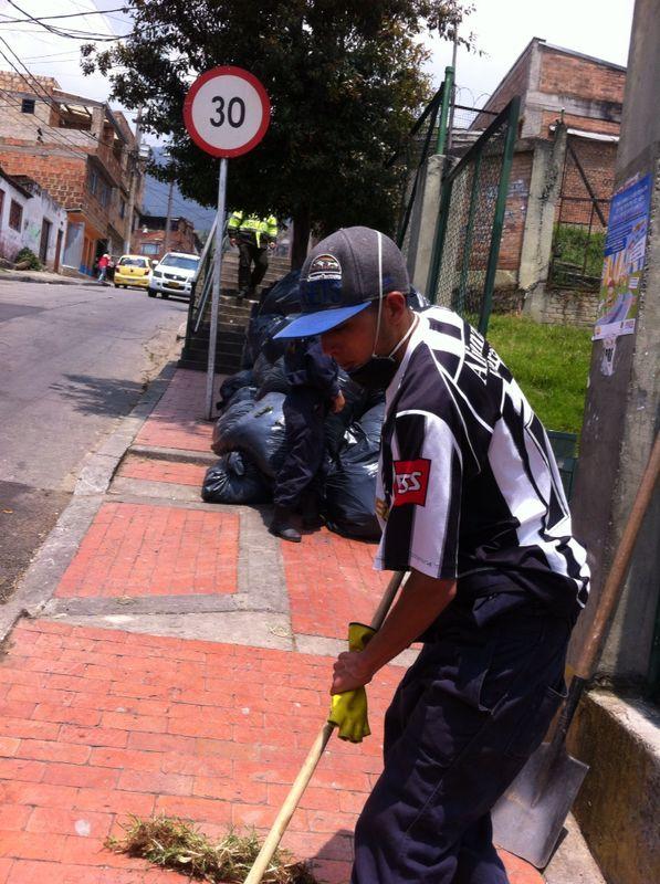 29-03-14 Jornada de limpieza en el barrio Lourdes con los vigías ambientales, la comunidad y Alcaldía Local