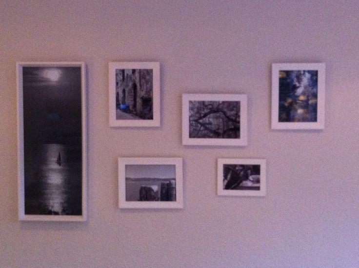 Verschillende lijsten. Door het gebruik van 1 kleur lijsten en rustige fotos wordt het een mooi geheel op de grijze muur.