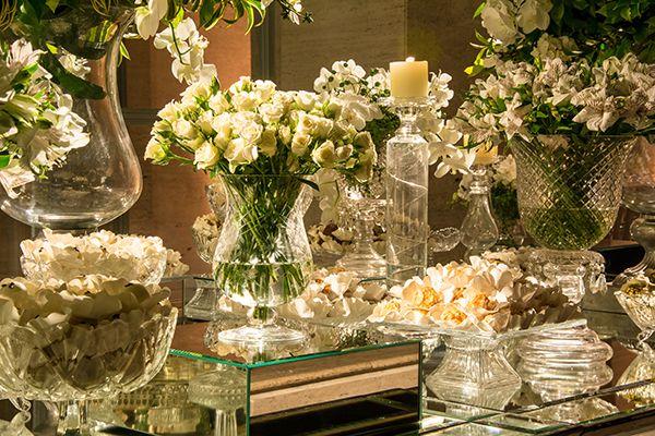 Mesa de doces - casamento clássico - decoração branco e verde ( Decoração: Cenográphia   Foto: Rafael Cruz )