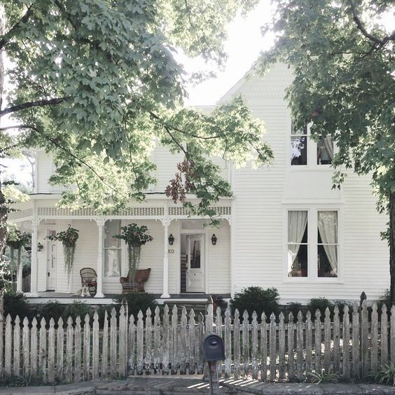 This lovely house reminds me of my hometown in Ohio
