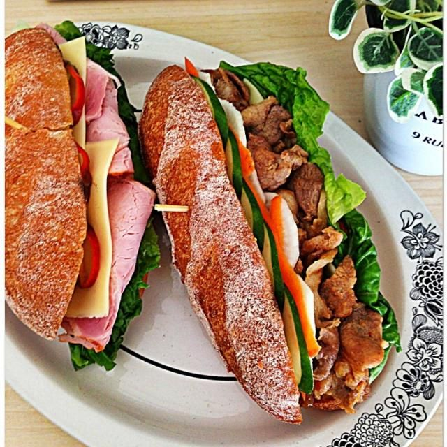 ベトナムのサンドイッチ、バインミーティットが食べたくて、ソフトフランスパンを焼きました もちっとしたソフトフランスパンに豚焼肉となますを挟みました 暑い夏にピッタリなサンド(●♡ᴗ♡●) ソフトフランスは最終発酵を通常のフランスパンより長めにとって焼きます✨ もうひとつはシンプルにハムチーズ - 397件のもぐもぐ - バインミーティット by 0106tomoemoe