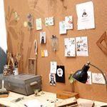 Uniek! Magnetisch en beschrijfbaar magneet whiteboardbehang (zelfklevend). Te gek voor kantoor. Om snel een magneetwandje mee te maken! Gebruik geen magneetverf meer! In alle kleuren en makkelijk aangebracht door zelfklevende achterzijde (magneet whiteboardstickers). Met krijtstift en whiteboardmarkerste beschrijven.
