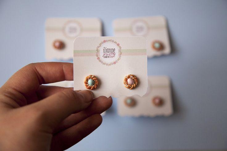 Σκουλαρίκια Γλυκά Τσουρεκάκια ------------------ • ΔιάμεροςΚάθε Σκουλαρικιού: περίπου 13-15mm • Με απλό μέταλλο ή με χειρουργικό ατσάλι για όσες έχουν αλλεργία • Χειροποίητα αυγά από πηλό σε παστέλ αποχρώσεις