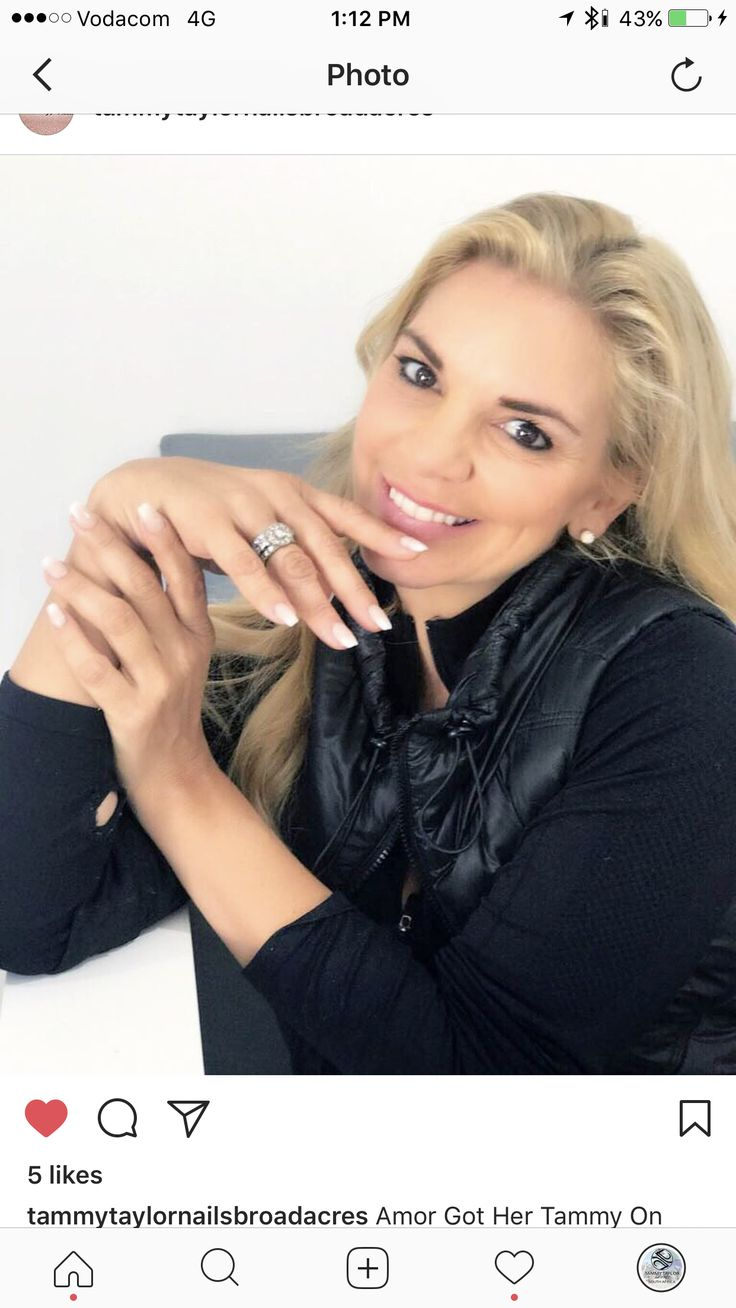 Amor Vittone spends time with Tammy Taylor Nails sa. Peet Viljoen