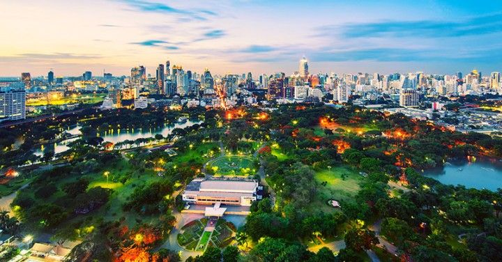 Лучшие парки Бангкока  Авиабилеты Москва - Бангкок от 24000 руб.  Иногда наши глаза устают от городской суеты и мы хотим тишины и спокойствия. Для этого мы идём в парки чтобы отдышаться и погулять. Мы составили тройку лучших парков Бангкока где по нашему мнению можно хорошо провести время и отдохнуть.  1. Lumpini парк  Неудивительно что 142 акров парка Лумпини возглавляют наш список. Здесь вы можете не только изучить его извилистые пути и покататься на лодке но также это отличное место где…