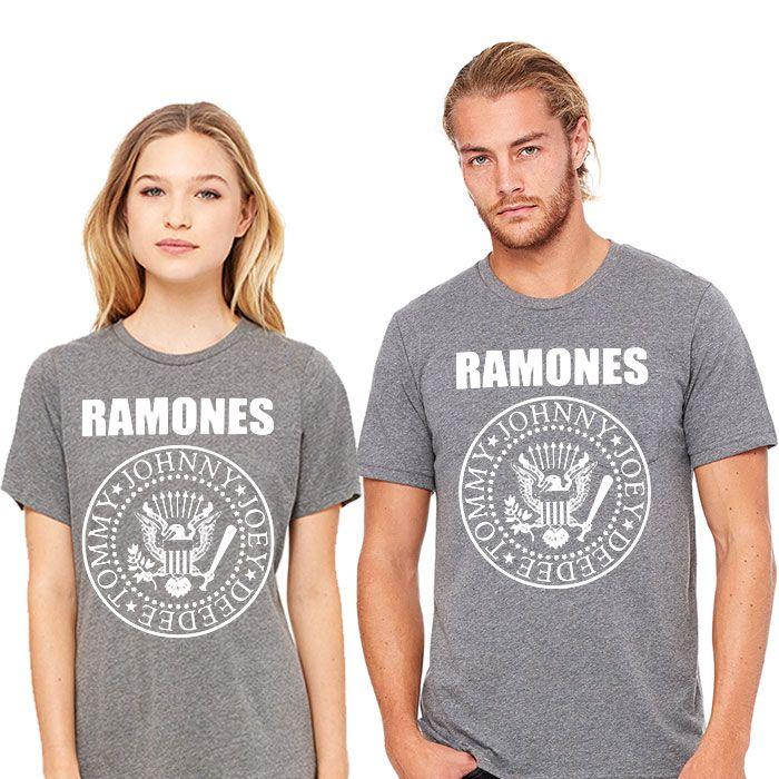 Camiseta de ¡Los Ramones! Los Ramones son los dueños de la fuente de la juventud. Irrumpieron en el panorama musical con una suerte de rock'n'roll primitivo y rápido, muy rápido. Sus canciones, de dos minutos y tres acordes, eran tan básicas como adictivas. Las letras iban en sintonía con su juventud y, sobre todo, con su carácter rebelde. Así, en el mismo disco, eran capaces de gritar a los cuatro vientos su amor ('I wanna be your boyfriend'), para dos temas después lanzar una oda a la cola…