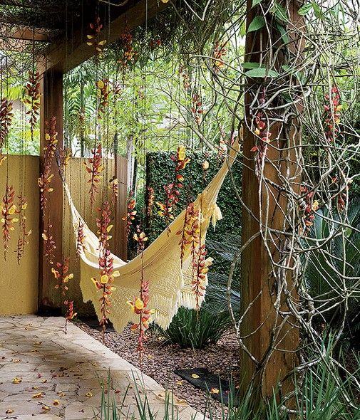 De longe, os cachos de flores pendentes caindo sob a rede passam a impressão de chuva no jardim. Paisagismo de Irene Cisneros