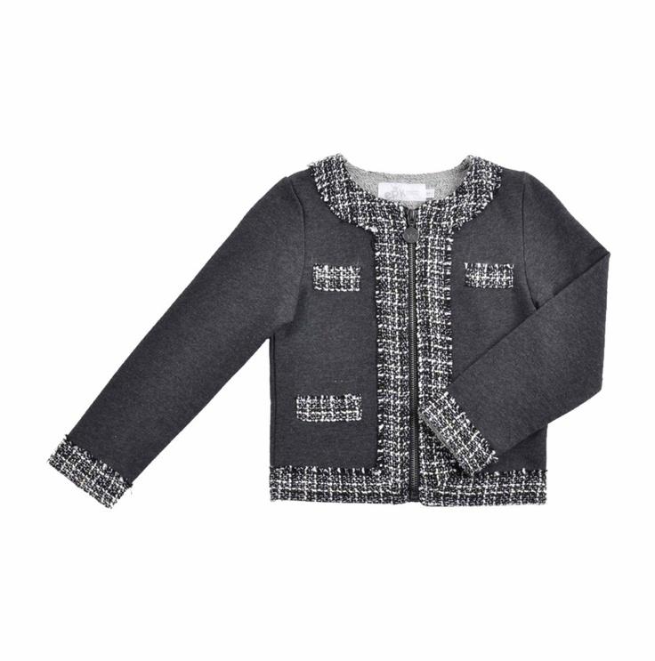 """Chaqueta corta tipo """"Chanel"""" para niña, con textura similar a la lana, en dos tonos de gris. Cierre al frente y detalles, con acabados deshilachados en los bordes."""