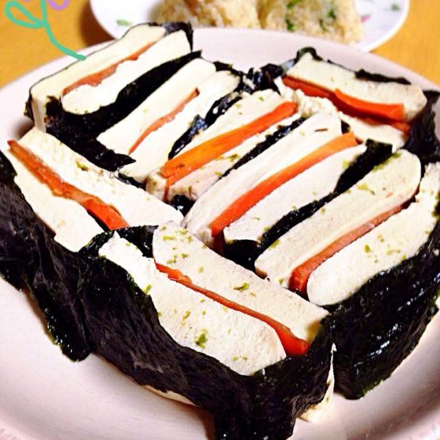 高野豆腐をパンに見たてて、人参をサンドして海苔を巻きました。  高野豆腐は息子の好物。  私も大好きです。 - 74件のもぐもぐ - 高野豆腐のサンドイッチ Sandwich of the dried bean curd by 16chyoko