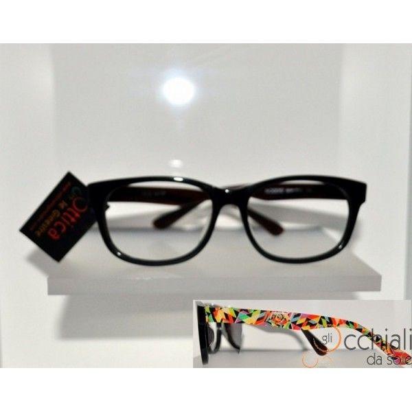 Occhiali da vista 66156 ARLECCHINO Il modello Moodys 66156  è un occhiale da vista dalla forma che permette a chi lo indossa di sentirsi libero di esprimete la propria personalità. E' caratterizzato da una montatura in celluloide Nera, con aste fantasia astratta molto colorata, che rende l'occhiale Particolare e Giovanile! Adatto a qualsiasi tipo di viso. Modello Unisex