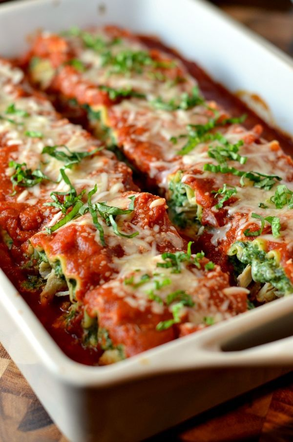 Chicken and Spinach Lasagna Rollups (recipe includes instructions for baking one pan and freezing another). Clickthrough for the full recipe and more dinner ideas your family will love! Use gluten free lasagna for a gluten-free version.