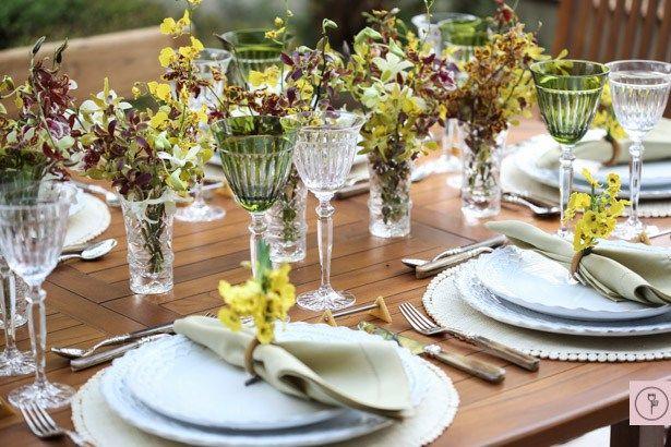 Mesa para almoço no jardim de casa! Para curtir os finais de semana de janeiro – que, querendo ou não, ainda têm a maior cara de férias – e a companhia de pessoas queridas, tudo de um jeito descontraído, leve e solto, pensamos em montar uma mesa que inspirasse almoços ao ar livre – seja no jardim de casa, seja à beira do mar, no campo ou na montanha
