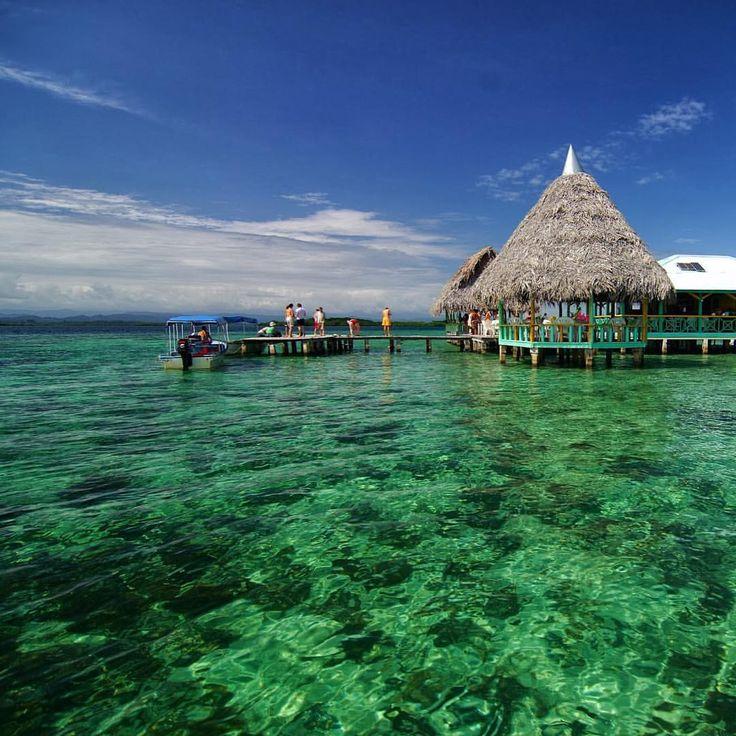 A 45 minutos de avião da Cidade do Panamá, Bocas del Toro é um arquipélago de nove ilhas principais e mais de 200 ilhotas desabitadas. O local fica quase na fronteira com a Costa Rica e conta com as águas transparentes do Caribe. Diferente de outros populares destinos caribenhos, não há resorts nem grandes redes de hotés nas ilhas.