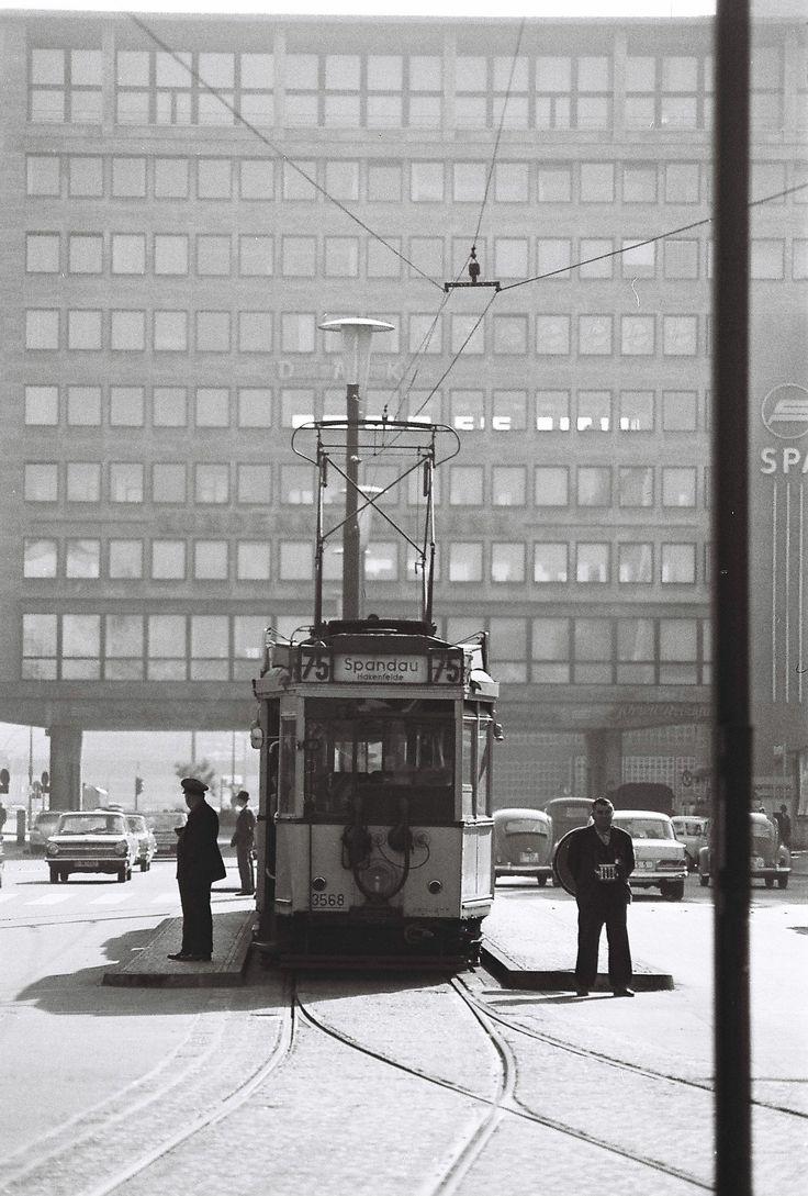 Straßenbahn nach Spandau vor dem Schimmelpfennig-Haus, Charlottenburg, Sommer 1961 – Photo: Albrecht Geuther