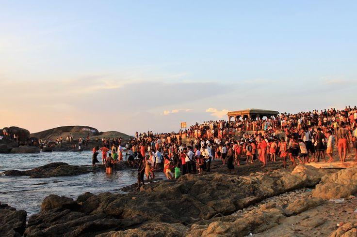 Alba a Kanyakumari con pellegrini e fedeli nelle sacre acque. Foto di Samuele Fracasso