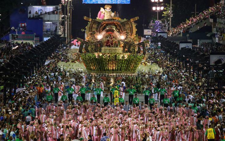 Visão distante mostra o início do desfile da Mangueira