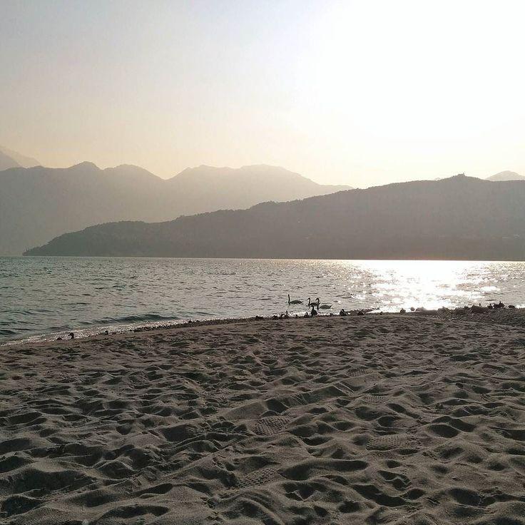 #tavernola #lagodiseo #inlombardia  La spiaggia di sabbia nonostante i venti e le piogge di un'intera stagione è ancora qui a deliziare i pomeriggi di turisti e #sunbathers di ogni età  L'estate è al termine e l'avvio delle scuole la svuoteranno ma l'appuntamento è per l'anno prossimo! Beach Valley vi aspetta!  #fuoriportainlombardia #theromanticchoice #visitlakeiseo #lakeiseo #ig_lombardia #italian_places #italian_trips #beautifuldestinations #divinafotografia #igersmood #igglobalclub…