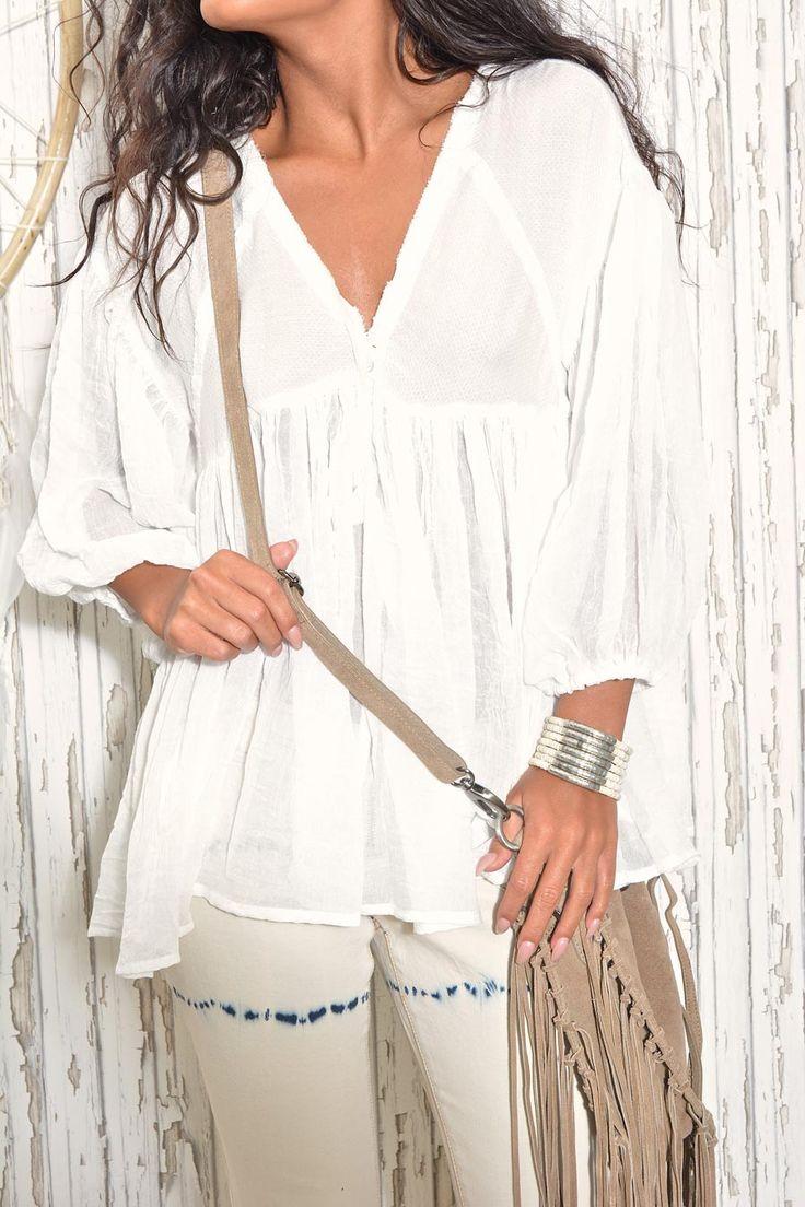 NEWS // FAV Arizona White tunic - Vit oversized tunika i ett superskönt & mjukt material. Vidahalvlånga ärmar som går ihop i ett resårband runt undersida ärm. V-ringning fram, detalj knappar under byst. Rynkad undertyg från byst & ned. Vid över kroppen, A-formad. 100 % viscose. One size.
