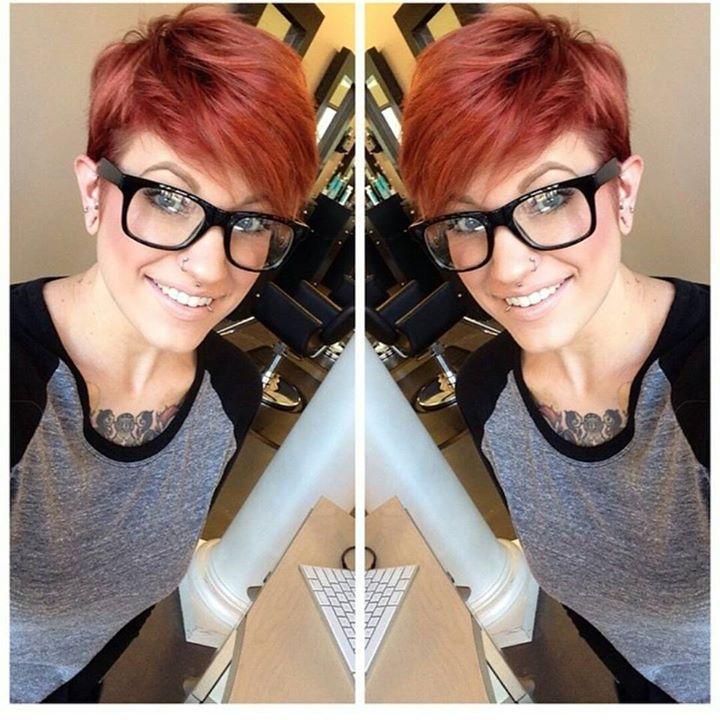 Einzigartige Kurzhaarfrisuren mit coolen Farben für moderne Frauen.