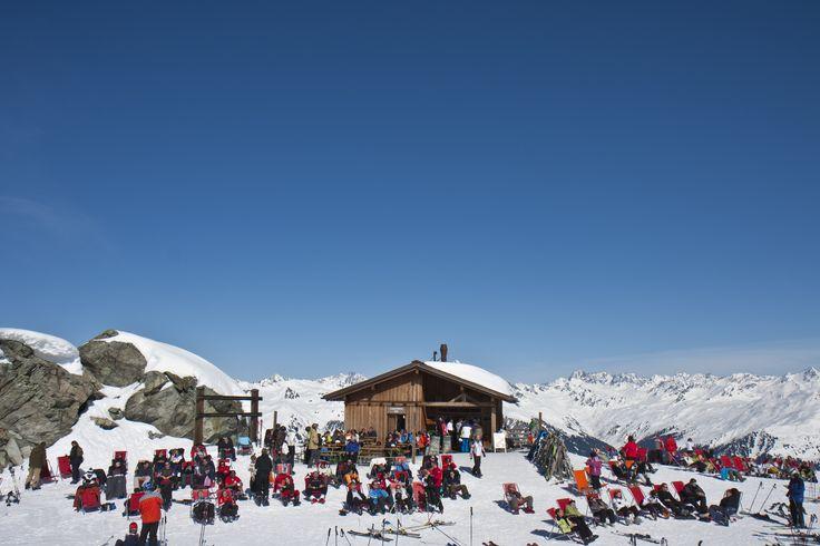 Kiosk Schwarzköpfle - Willkommen am Gipfel der kleinen Genüsse! Der Kiosk Schwarzköpfle befindet sich an einem der höchsten und wundervollsten Punkte des Skigebiets Silvretta Montafon und garantiert ein fesselndes Panorama. Perfekt für einen kleinen Imbiss oder ein schnelles Getränk zwischendurch. Genießen Sie eine kleine Stärkung, und lassen Sie Ihre Seele in einem der zahlreichen gratis Liegestühle baumeln. #silvrettamontafon #skiing #relaxing #area #mountains #kulinarik