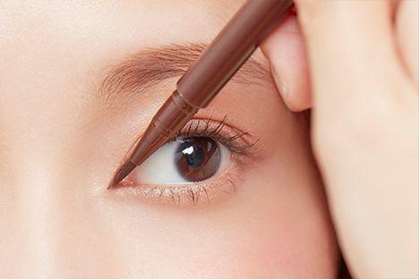 目頭部分に切り込み風のラインを描き、目幅を大きく見せる「目頭切開ライン」。昔やったことがある! というアラサー女子も多いのでは? 誰でも整形級のデカ目...