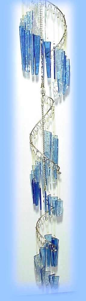 Музыкальная подвеска Fanglasstic Ветер куранты Оперетты Музыка ветра достаточно крепкими , чтобы повесить снаружи или внутри, и могут быть нанизаны вместе , чтобы сформировать текучую хор света и звука . Рама из твердой латуни, ручной погружают дважды , чтобы замедлить потускнения и тонкие кусочки стекла каскада в водопад. Они могут выдерживать до 50 миль в час ветра, и все же имеют самый тонкий, изящный звук. Оперетты Музыка ветра были использованы на релаксации CD, и пользуются люд