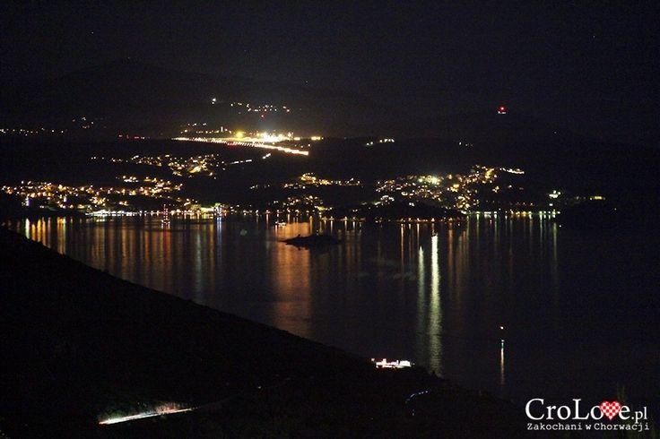 Cavtat i lotnisko w Čilipi widziane ze wzgórza Srđ nocą || http://crolove.pl/wzgorze-srd-w-dzien-i-w-nocy/ || #Srd# #Dubrownik #Dubrovnik #Chorwacja #Croatia #Hrvatska #Travel #Trip #summer
