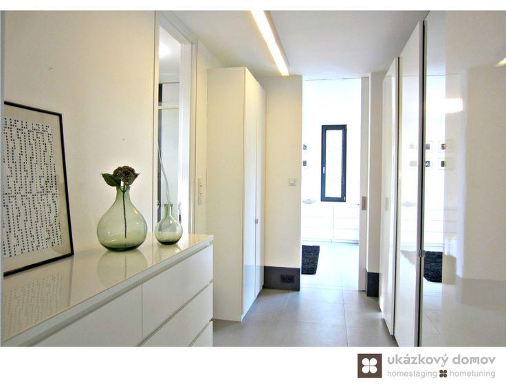 Home Staging zařízeného rodinného domu v obci Hvězdonice u Prahy #Hvezdonice #czech #homestaging #pred #po #before #after #white #walls #modern #vila #hala #cz #czechrepublic #hall #green #doplnky #chodba