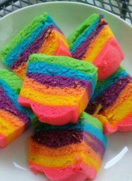 Der lässt Kinderherzen höher schlagen: Regenbogenkuchen…