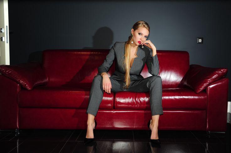 На Лизе брючный костюм из ткани Yves Saint Laurent  Состав: 97% шерсть, 3% шелк В наличии размер S Доставка бесплатная  Цена 16.000₽
