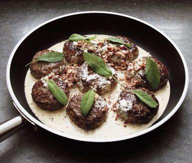 Snabblagad middag med smaker från medelhavet. Citrondoftande biffar med soltorkade tomater och salvia. Serveras med en färgrik sallad och färsk pasta.