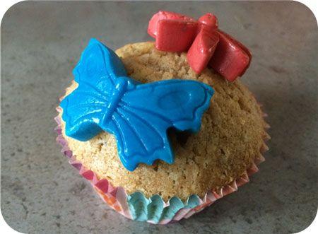 Op dit eetdagboek kookblog : Cupcakes - Ingrediënten: 150 gram roomboter, 150 gram suiker, 3 eieren, 150 gram volkoren tarwemeel, 1 zakje vanillesuiker, snuf zout, rood en blauw rolfondant, poede