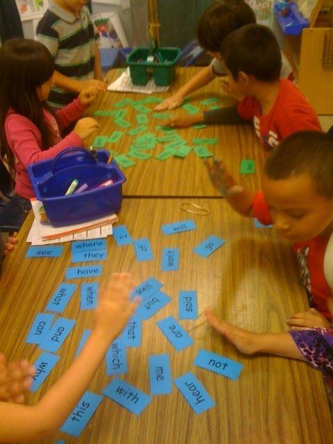 Schrijf alle (thema) woorden op kleine stroken papier. Alle kaarten liggen zichtbaar op tafel. Noem een woord en laat de kinderen het goede woord zoeken. Wie de goede kaart ziet, slaat er met zijn hand op. Wie aan het eind de meeste woorden heeft weten te verzamelen, is de winnaar!