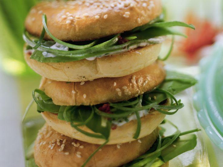Avocado-Bagels mit scharfer Schnittlauch-Creme | Zeit: 40 Min. | http://eatsmarter.de/rezepte/avocado-bagels-mit-scharfer-schnittlauch-creme