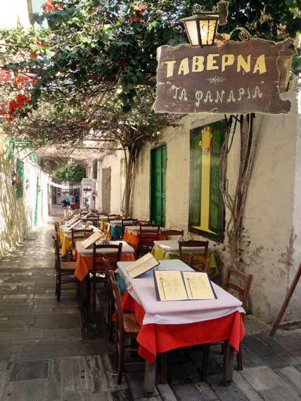 """Παραδοσιακή ταβέρνα """"Τα Φανάρια"""" στην οδό Σταϊκοπούλου, στο παλιό Ναύπλιο. Εδώ είναι το ταξίδι! Δίεση 101,3 Τ΄αυτίσου εδώ!"""