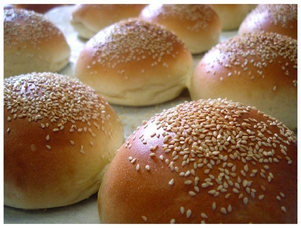 O Pão de Hambúrguer Caseiro é fácil de fazer e fica macio e delicioso. Faça e economize muito com essa receita maravilhosa! Veja Também: Pão de Alho Rechea
