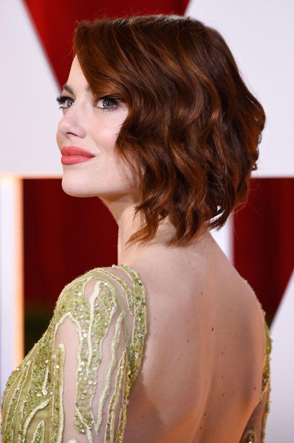 La preciosa Emma Stone que lució corte bob con ligeras ondas y raya al lado. Oscars 2015