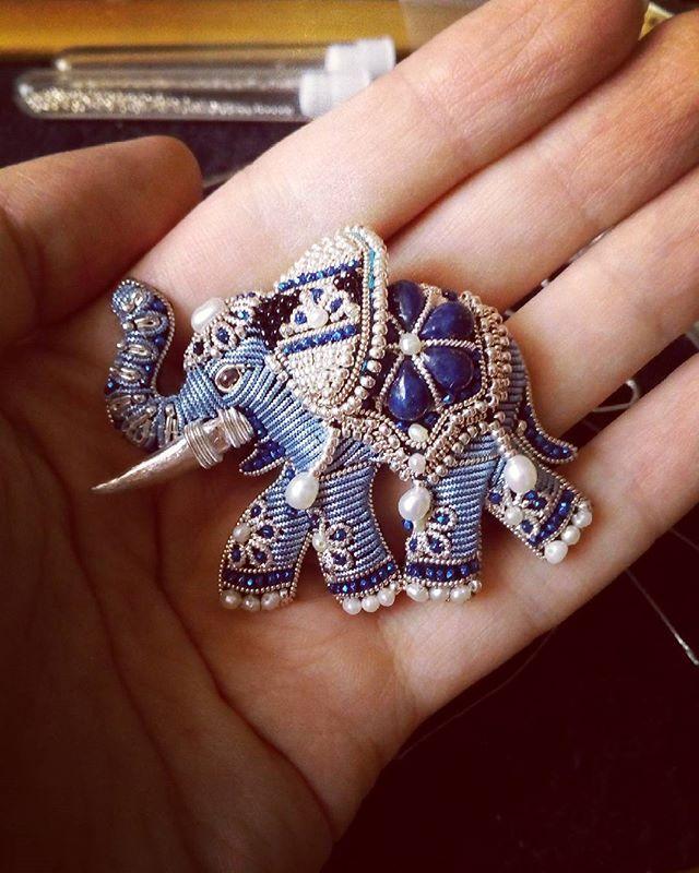 """Доброе утро и приветы вам! В процессе. Еще немного и будет готовое украшение, которого еще не видели :-) Это не просто слоник. Все, снова ушла в """"подполье"""", там меня ждут #magicsheba #embroideryjewelry #embroidery #indianjewelry #indianelephant #elephant #индийскийстиль #индийскийслон #Индия #вышивказолотом #ювелирнаявышивка #лазурит #pearls #жемчуг #бисерссеребрянымпокрытием #слон #украшениеслон"""