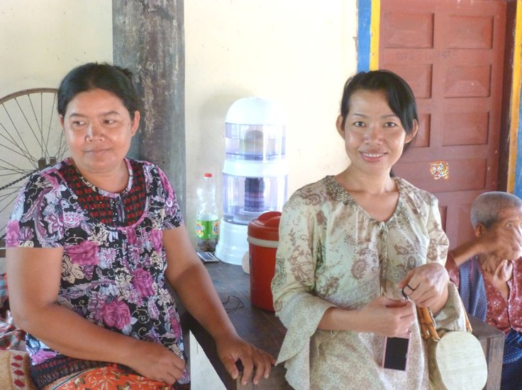 Sokoan en Naiseng. Naiseng is eigenaar van Craft Village, een lokale Fair Trade organisatie die de weeffamilies in Tanon van vaste inkomsten voorziet