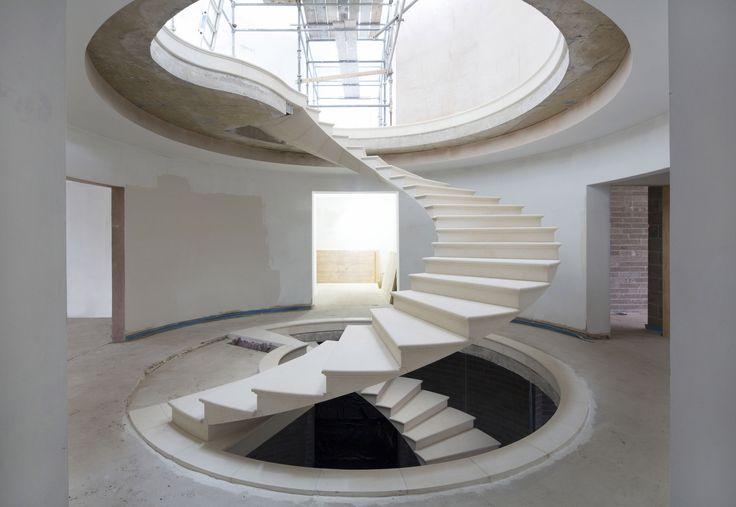 Escadas helicoidais geralmente são projetadas para atrair olhares; pontos focais na arquitetura, elas têm como objetivo impressionar quem por elas...