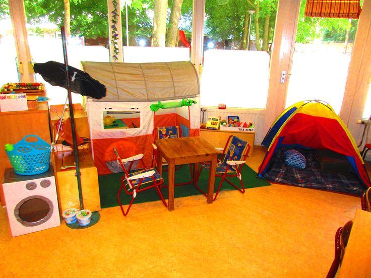 Campinghoek met caravan, tent, wasserette en winkel. Thema vakantie, kamperen.