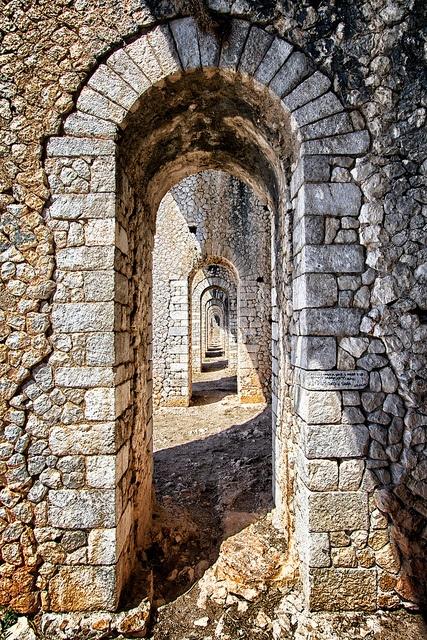 Archi di basamento del tempio di Giove Anxur - Terracina, Italia