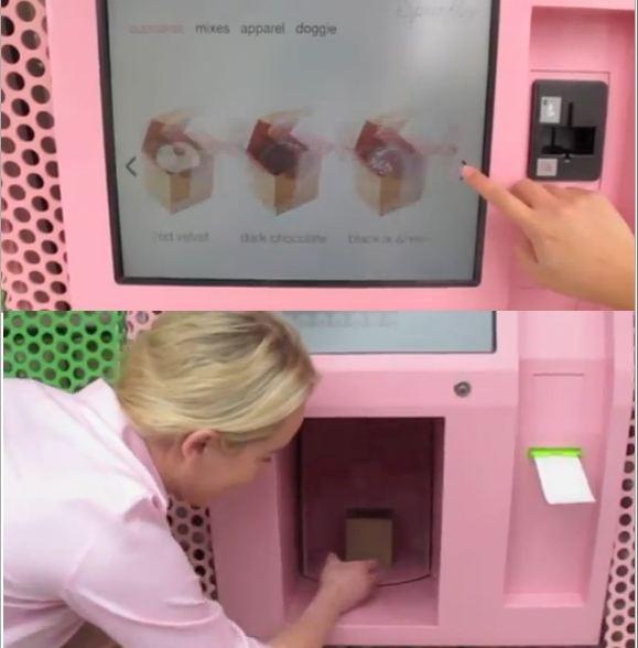 제일 내가 생각한 자판기와 가까웠던 자판기. 자판기가 터치라서 스티커 사진기의 기능도 생각해 본 것이었다.  이 자판기는 컵케잌을 만들어 주는 자판기였는데 다른 자판기는 인스턴트 쪽이라 따뜻하게 데워서 나오는 역할 뿐이었다면 이 컵케잌자판기는 기계가 직접 사용자가 지정한 디자인으로 디자인된 컵케잌을 즉석으로 만든다는 것이다. 그래서 나의 10분 6첩반상자판기를 생각해내었다.
