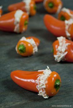 Deze gezonde kleine hapjes zijn een heerlijke snack. Makkelijk om te maken, je zet deze gevulde mini paprika's in enkele minuten op tafel.