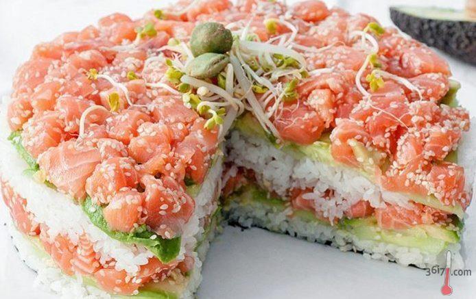 """САЛАТ СУШИ http://pyhtaru.blogspot.com/2016/12/blog-post_447.html  Салат """"Суши""""!  Любите японскую кухню? Так почему бы не полакомиться суши на Новый год! Если вы считаете, что это банально, тогда приготовьте салат из обожаемых компонентов. Красная рыбка с рисом — идеальное сочетание!  Читайте еще: ================================= САЛАТ ЗОЛОТОЙ ПЕТУШОК http://pyhtaru.blogspot.ru/2016/12/blog-post_674.html =================================  Ингредиенты:  - рис 300 г - лосось 200 г - авокадо…"""