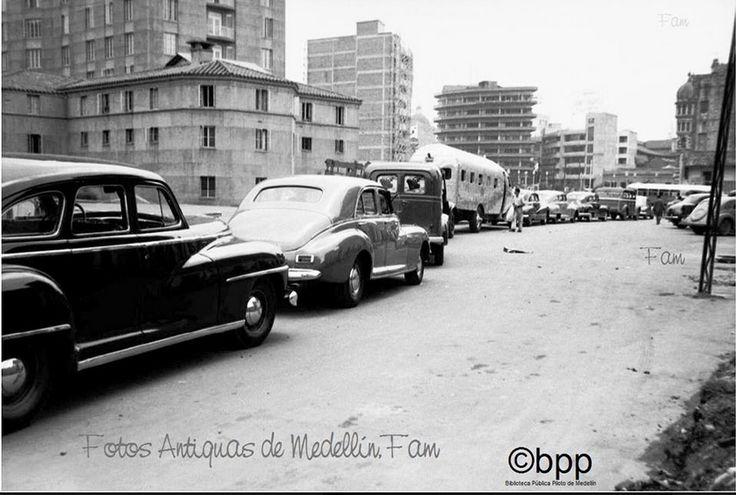 Automóviles en la Carrera Bolívar con Calle Maracaibo.   Medellín - Colombia