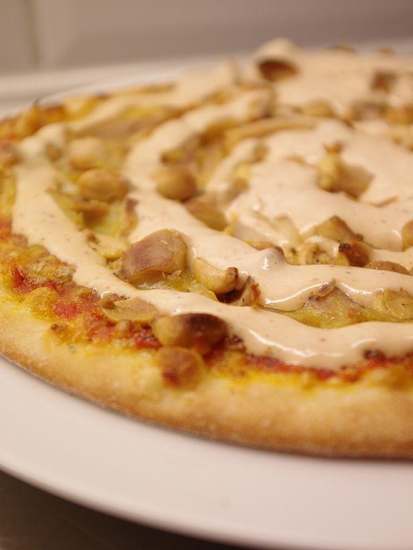 Hemmagjord pizza med kyckling, kebabsås, banan och jordnötter. Läs mer på recept.com