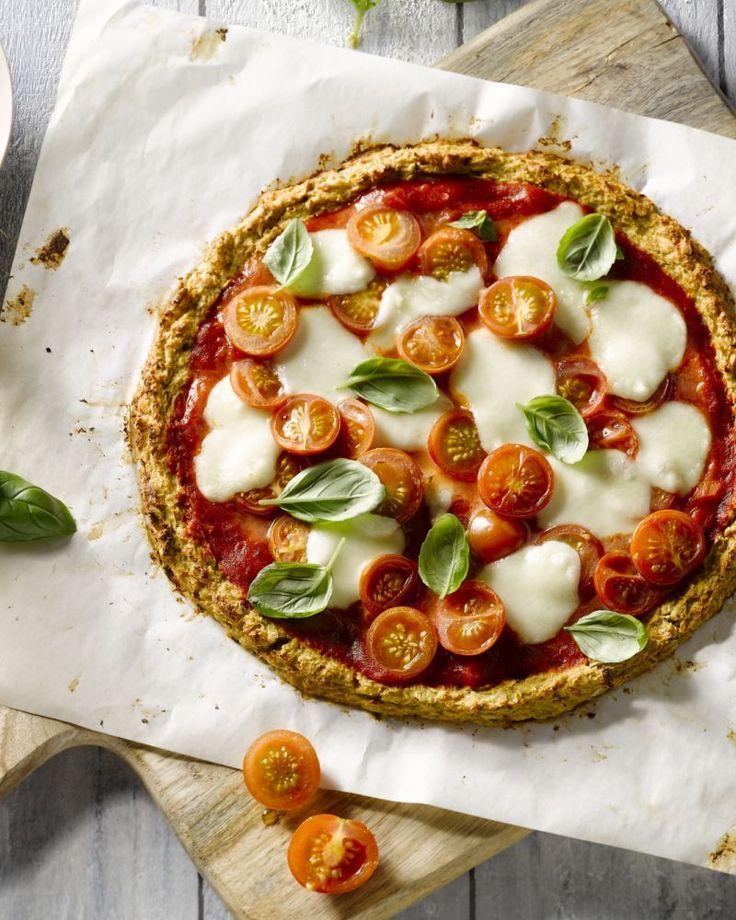 Deze verrassende variant van de pizza margherita wordt gemaakt op basis van een bloemkoolbodem. Origineel, gezond en lekker smeuïg met mozzarella.